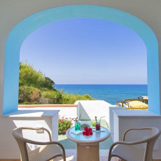 http://www.hotelcavadellisola.it/wp-content/uploads/2016/02/superior-vista-mare-3-540x540.jpg