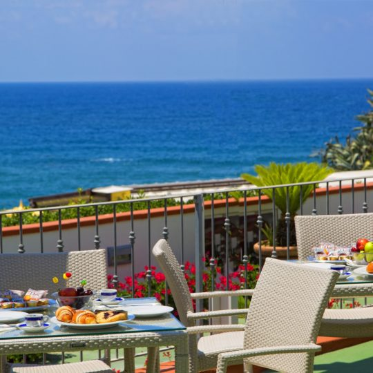 http://www.hotelcavadellisola.it/wp-content/uploads/2016/03/91A1450-Copia-540x540.jpg